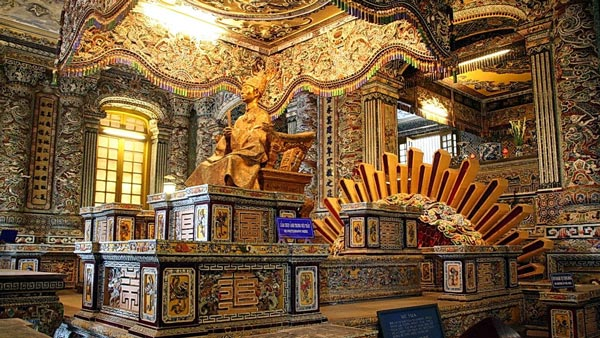 The-golden-statue-above-the-crypt
