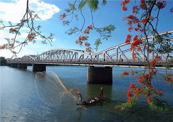 huong-river-beside-truong-tien