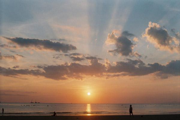 Taking-photos-in-Thuan-An-beach