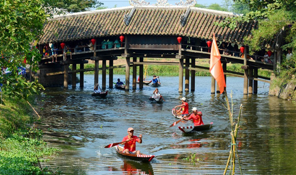 Visiting-Thanh-Toan-tile-roofed-bridge